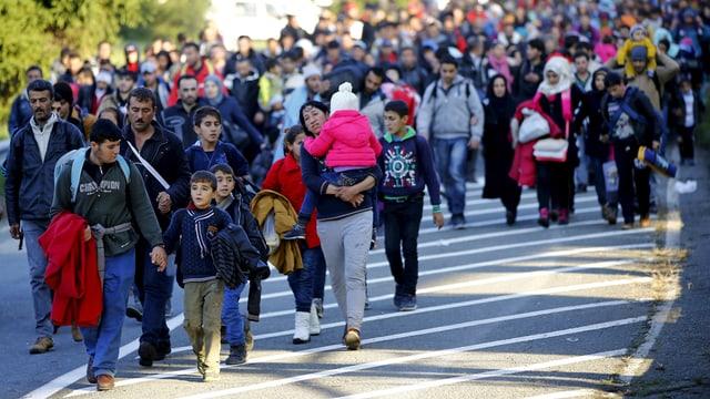 Flüchtlinge marschieren zum österreichischen Grenzübergang nach einer Nacht in Sentilj, Slowenien. (reuters)