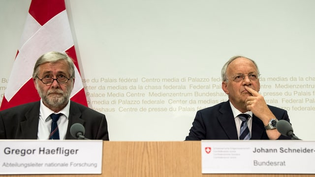 Bundesrat Schneider-Ammann (r.) und Gregor Haefliger bei einer Pressekonferenz zur Teilnahme der Schweiz «Horizon 2020».
