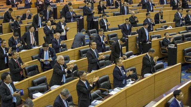 Mitglieder in Thailands Reformrat applaudieren.