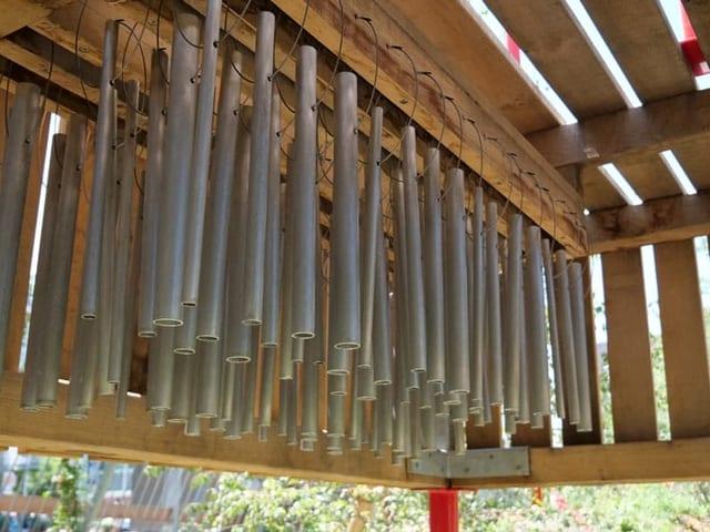 Glockenspiel aus hängenden Metallröhren auf einem Spielplatz