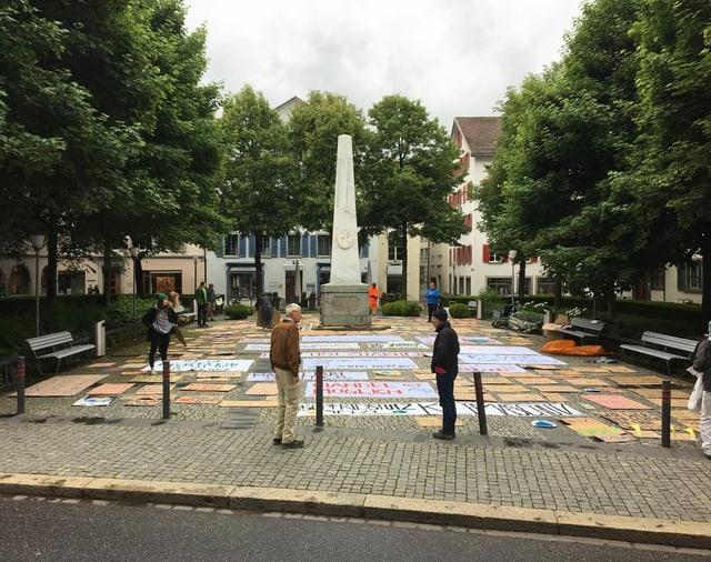 Auf dem Regierungsplatz in Chur liegen Plakate