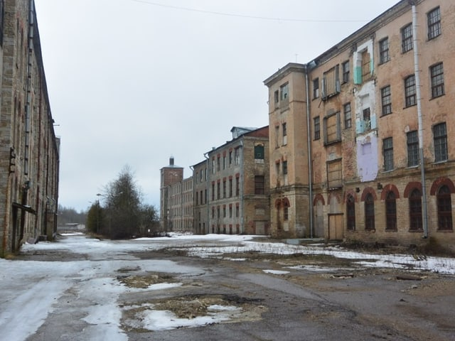 Eine Häuserzeile mit einer leeren Strasse