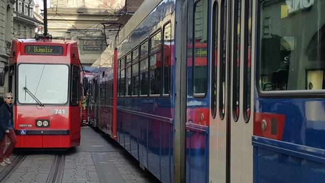 Zwei Trams nebeneinander.