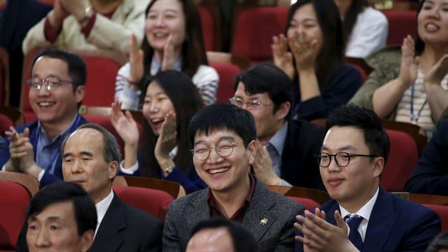 Commembers da la partida democratica Minjoo reageschan sin ils resultats da las elecziuns.
