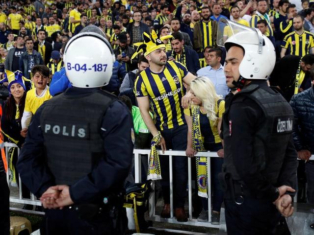 Das Istanbuler Stadtderby im Cup musste abgebrochen werden.