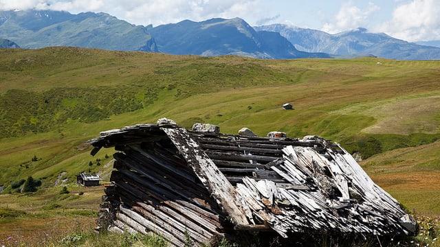 Zerfallende Alphütte.