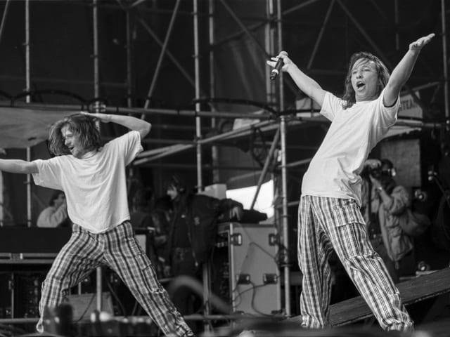 Zwei Tänzer stehen posierend auf der Bühne.