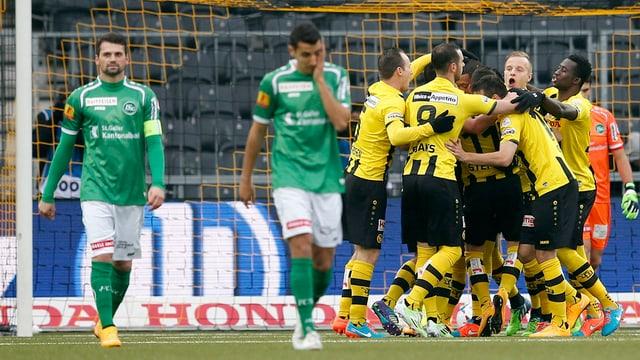Die Berner Young Boys jubeln, während sich die Spieler des FC St. Gallen ärgern.