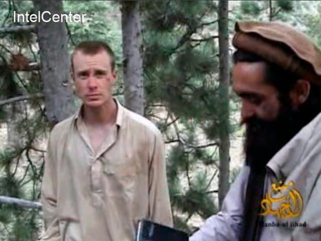 Bergdahl mit einem Taliban-Kämpfer