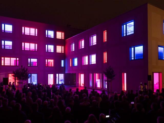 Haus mit leuchtenden bunten Fenstern