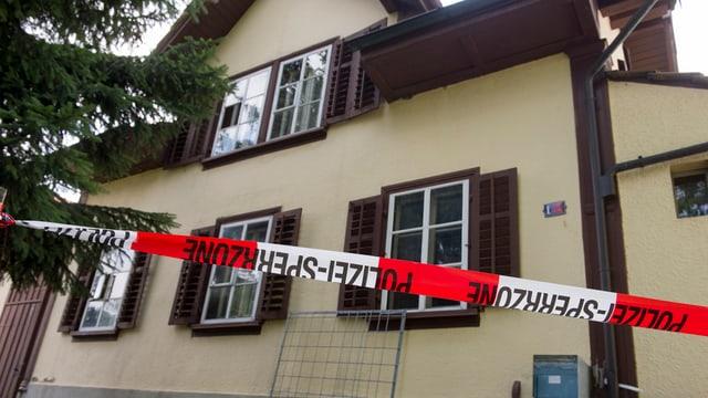 Haus, im Vordergrund ein Polizeiabsperrband.