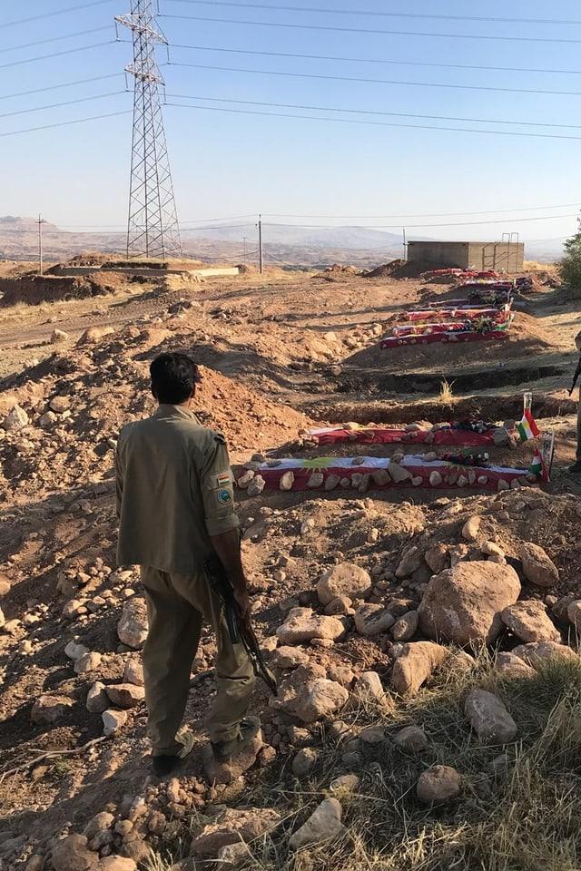 Peshmerga-Kämpfer steht auf dem Friedhof in Koya
