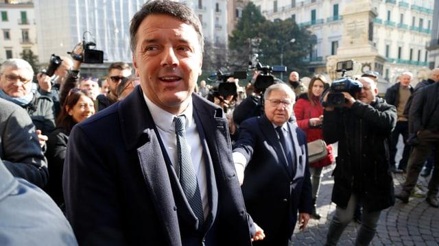 Renzi umgeben von Leuten auf einem Platz.