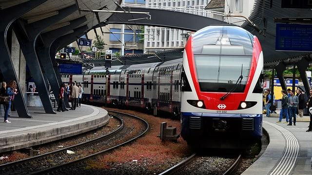 Ein Zug fährt ein im Bahnhof Zürich-Stadelhofen.