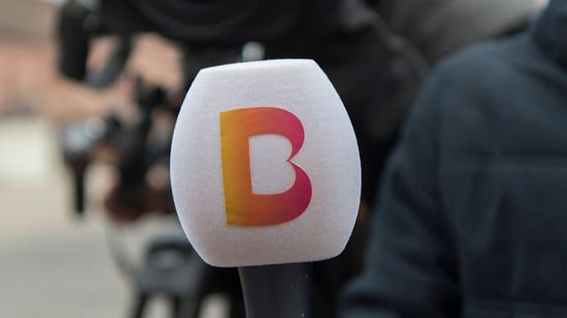Mikrofon mit dem Telebasel-Logo.