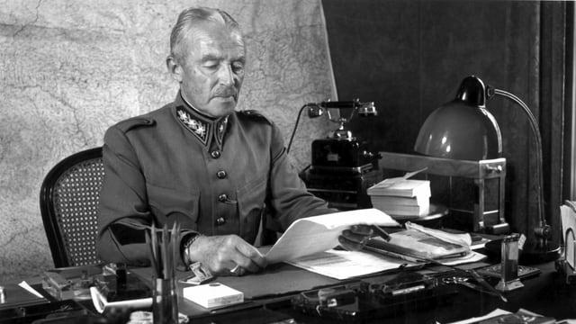General Guisan an seinem Schreibtisch