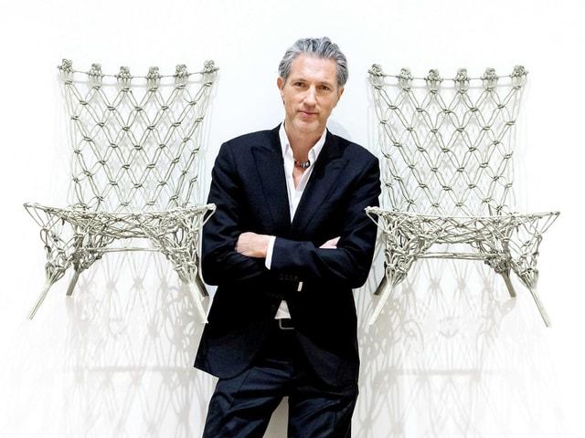 Wenders zwischen zwei seiner Knittet Chairs