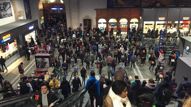 Bahnhofhalle Basel SBB mit vielen Passagieren.