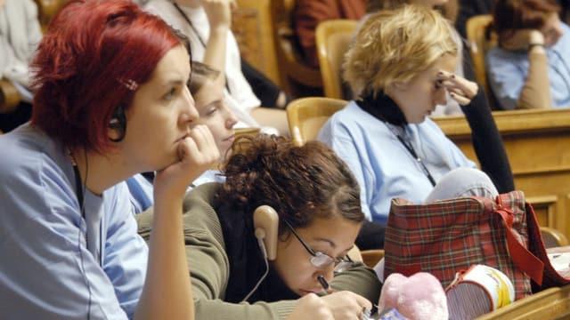 Jugendliche wähend einer Jugendsession im Bundeshaus.