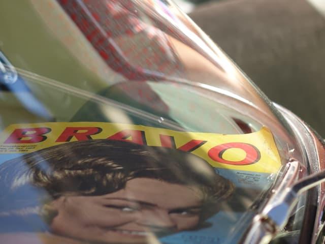 altes Jugendmagazin hinter einer Windschutzscheibe.