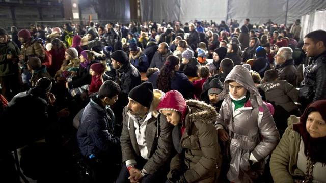 Flüchtlinge warten in einem Aufnahmezentrum in Mannheim.
