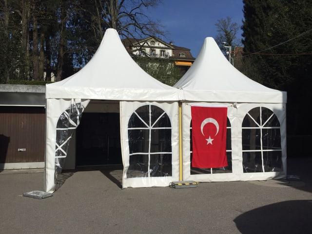 En il pavigliun en l'ambassada a Berna èn avertas las urnas enfin ils 9 d'avrigl mintga di da las 9:00 a las 21:00.
