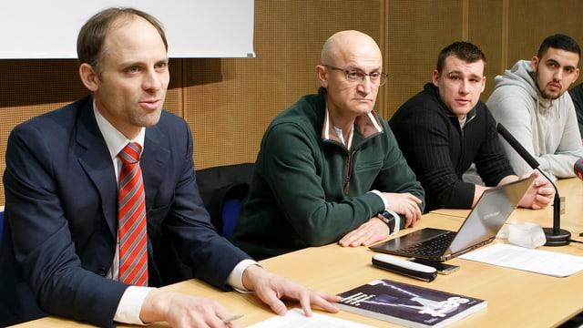 Anwalt Pierre Bayenet, Gewerkschaftssekretär Jamshid Pouranpir und zwei Betroffene bei der Medienkonferenz.