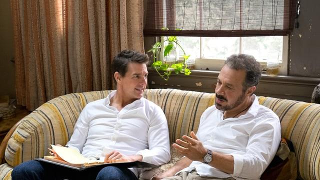 Tom Cruise und Edward Zwick sitzen zusammen auf dem Sofa