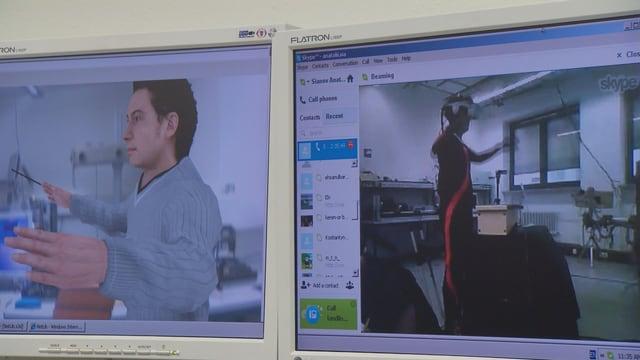 Zwei Bildschirme, der rechte zeigt einen Mann in einem speziellen Anzug, der die Arme ausbreitet. Der linke zeigt einen Avatar des Mannes, der die gleiche Bewegung macht.