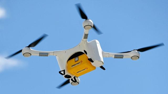 Eine Drohne transportiert ein Paket der Schweizer Post