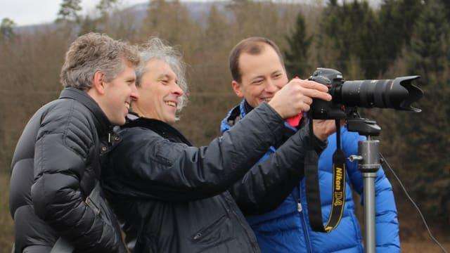 Basil Honegger, Oscar Alessio und Michael Weinmann sehen sich die ersten Resultate vom Fotoshooting an.