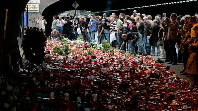 Ein Meer von Kerzen und Blumen und viele Trauerende im Tunnel, wo die Massenpanik ihren Anfang nahm.