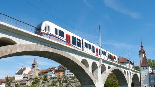 Zug auf einer Brücke.
