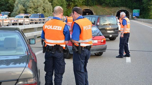 Polizisten auf einer Strasse bei einem Unfall