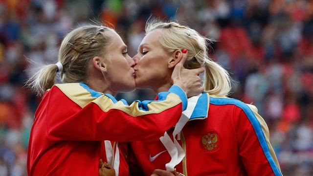 Die beiden Russinnen Xenia Ryschowa (l.) und Tatjana Firowa küssen sich auf den Mund.