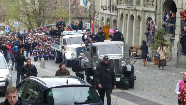 Zwei Lastwagen mit Spielern und Betreuer auf der Ladefläche.