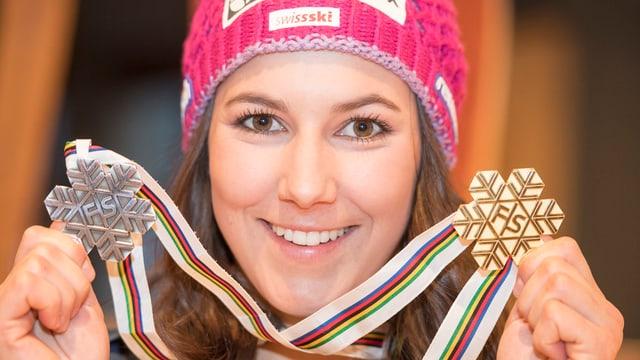 Nahaufnahme von Wendy Holdener, auf der sie ihre Gold- und Silbermedaille in den Händen hält.