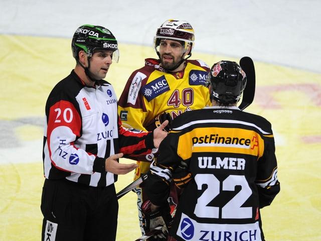Marc Wiegand im Gespräch mit zwei Spielern.