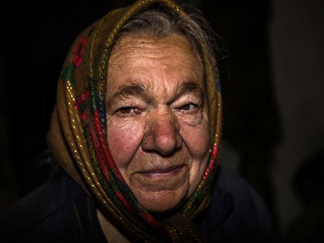 Porträtaufnahme einer älteren frau mit Kopftuch.