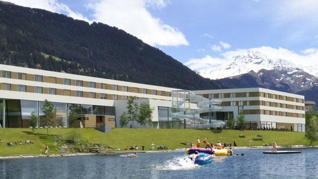 Hotel an einem See mit Bergen im Hintergrund