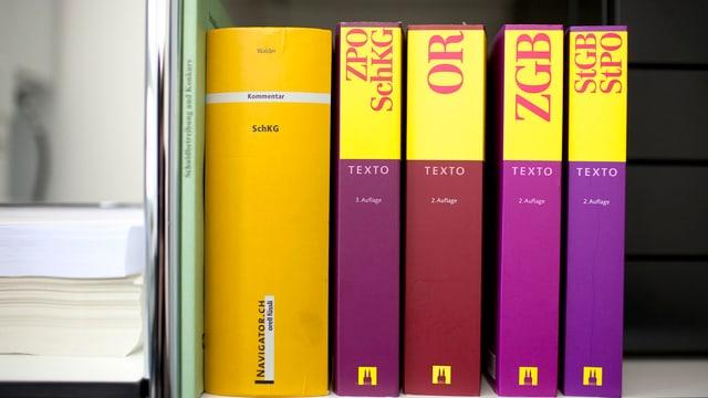 Gesetzesbücher in einem Regal