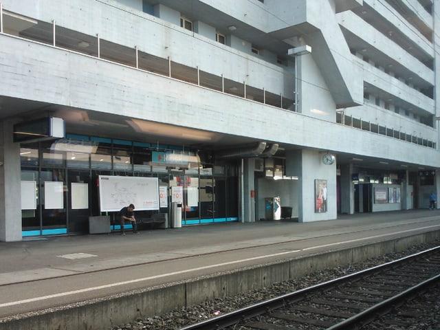 Der menschenverlassene Bahnsteig in Oerlikon.
