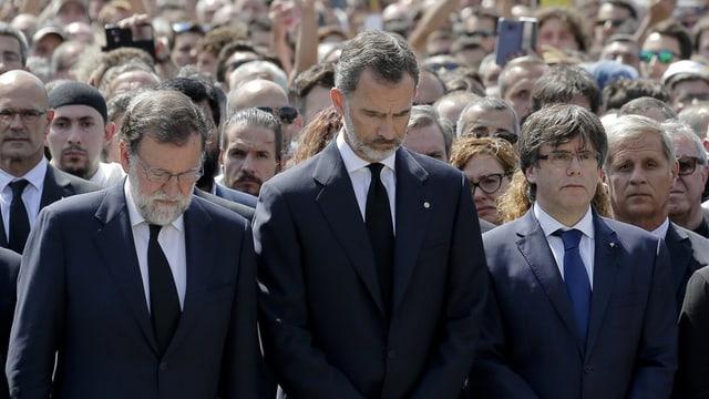 Il retg Felipe ed il primminister Mariano Rajoy durant la minuta da silenzi.