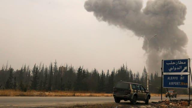 Rauchsäule über dem Flughafen von Aleppo