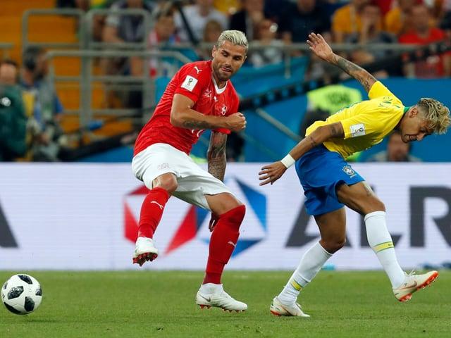 Valon Behrami bei einem Zweikampf gegen Brasiliens Neymar.