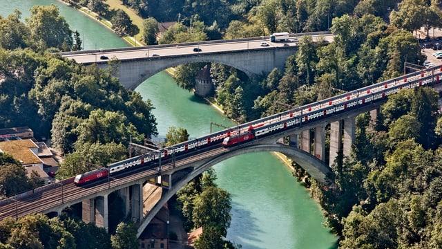 Berner Brücken mit Autos und Zügen