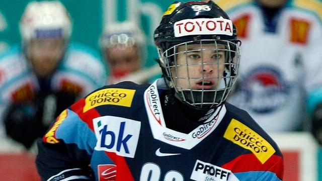 Mirco Müller im Dress der Kloten Flyers wartet auf ein Zuspiel.