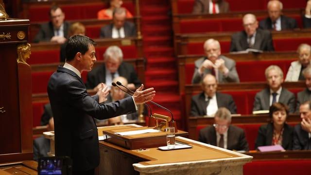 Il primminister da la Frantscha Manuel Valls pleda avant il parlament.