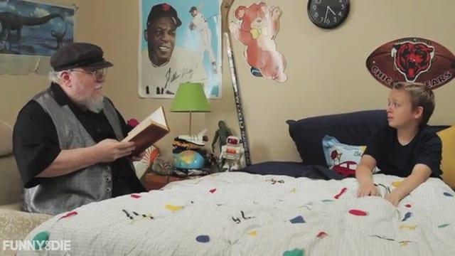 Martin sitzt am Bett eines Jungen und liest aus einem Buch.