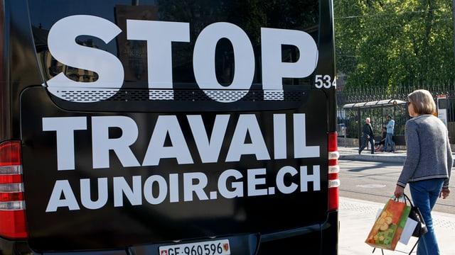 Bus mit Aufschrift gegen Schwarzarbeit.